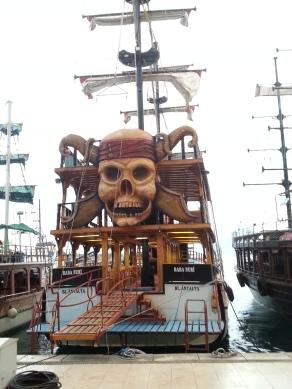 Eines der vielen Ausflugsboote