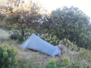 Zelt auf steinharten, unebenen Boden